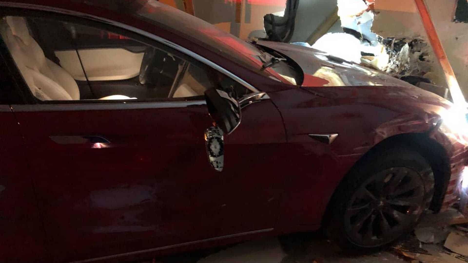 Tesla врезалась