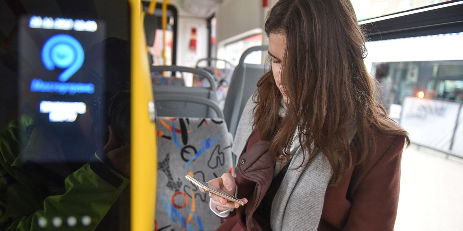 Пользуется смартфонов в автобусе