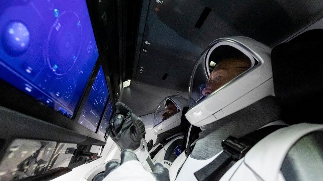 Астронавты на корабле Crew Dragon