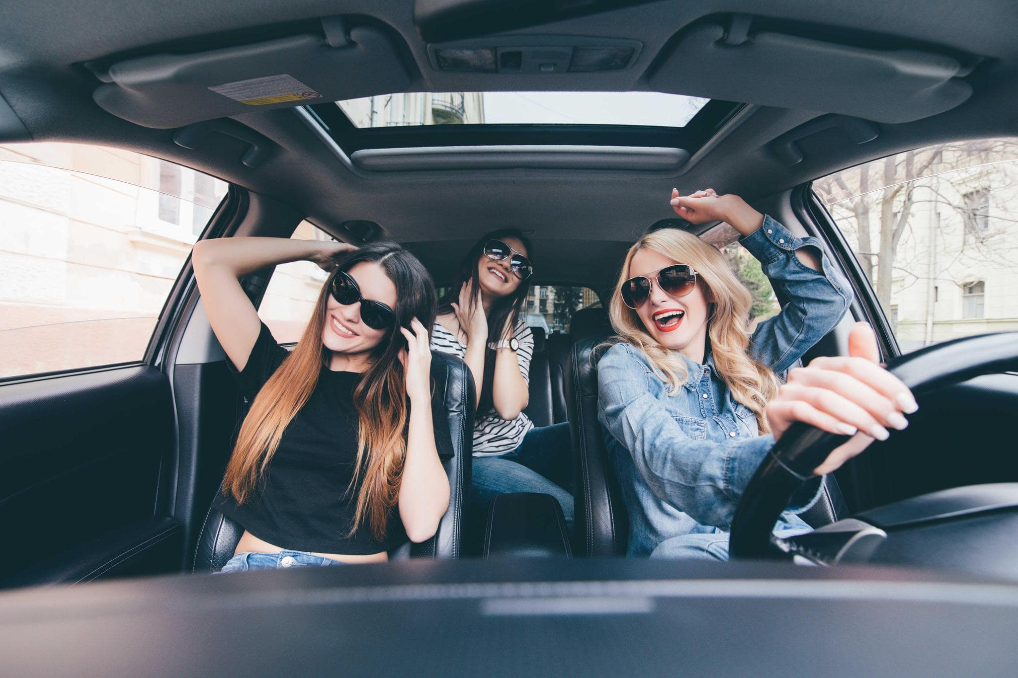 Слушают музыку в машине